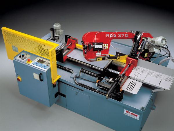 Automatic sawing with programmable mitre cutting
